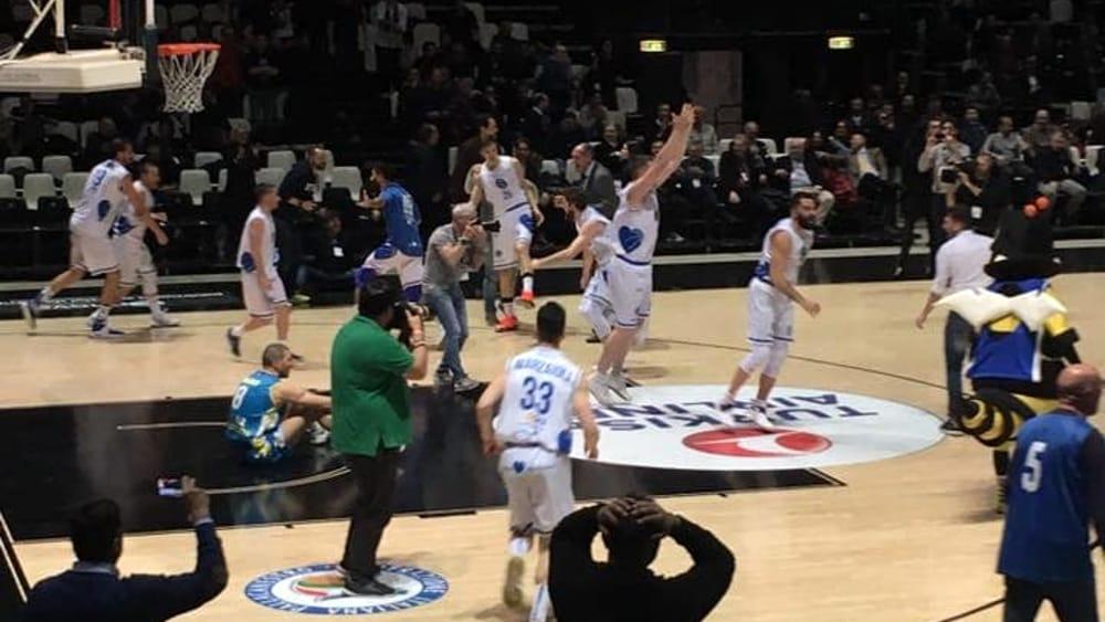 cuore napoli basket durante la partita