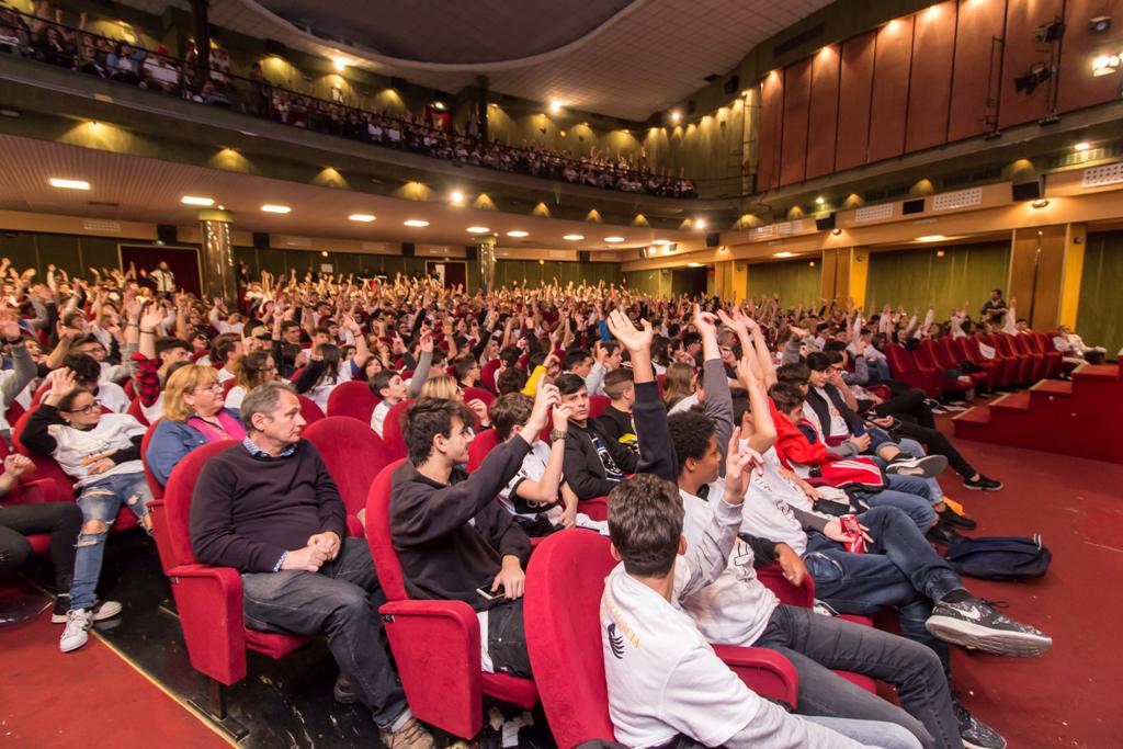 i ragazzi alzano la mano