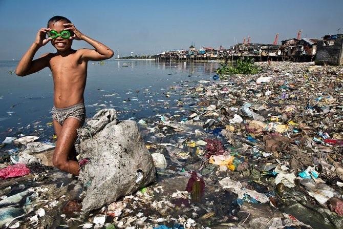 bambino in mare inquinato